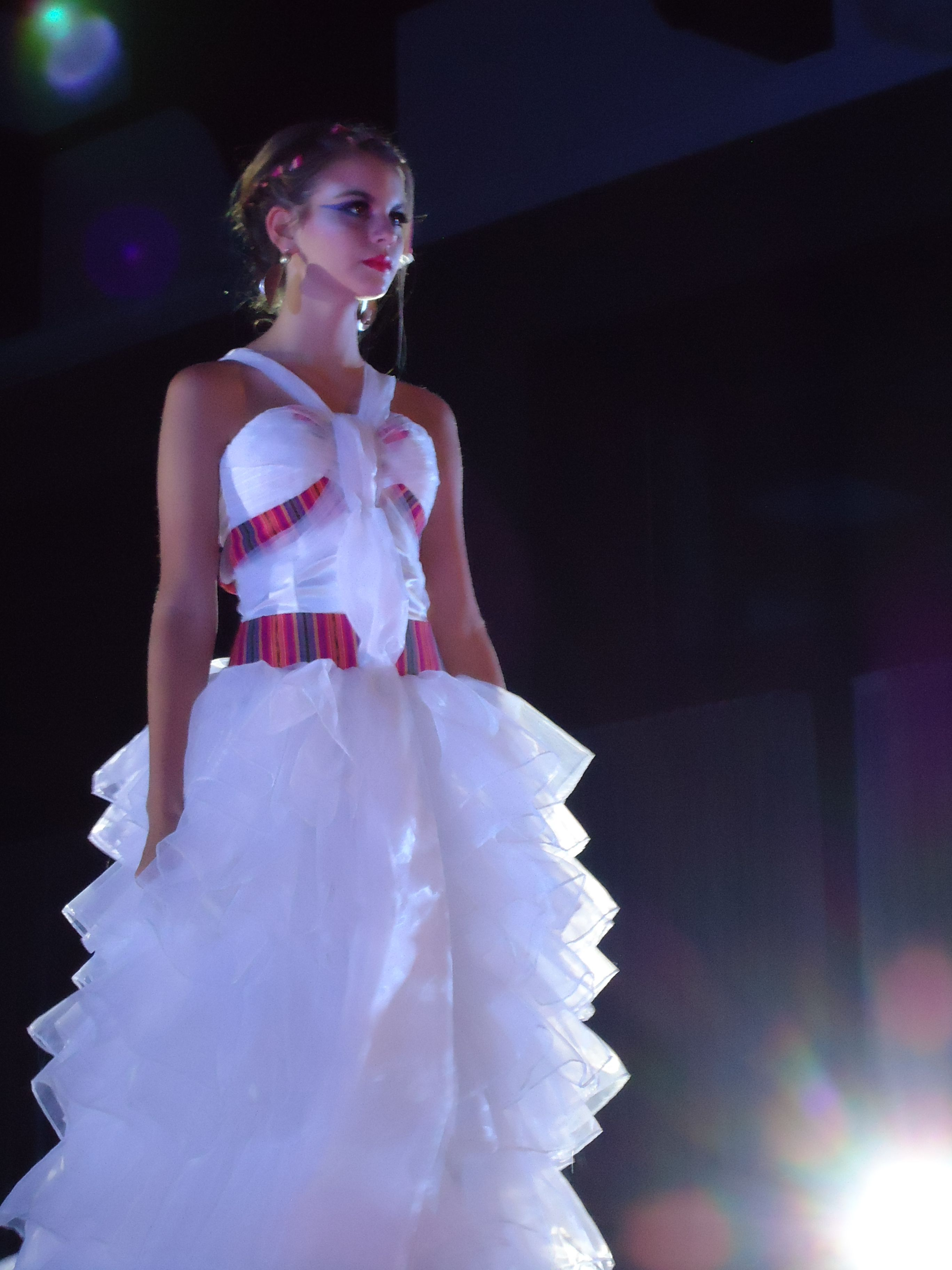 UNIS Fashion Beats Fashion Show... Vestido de novia con apliques en ...