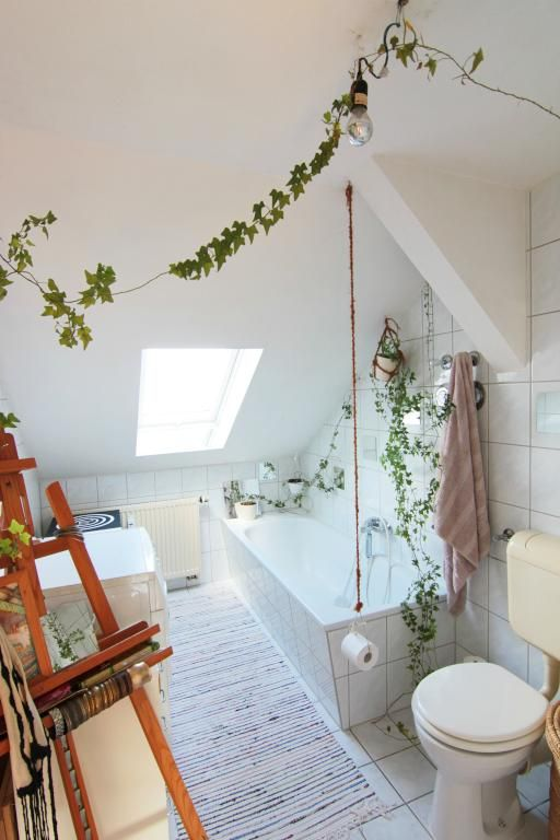 Badezimmer im Dachgeschoss mit Dachschräge, hellen Wänden und ...