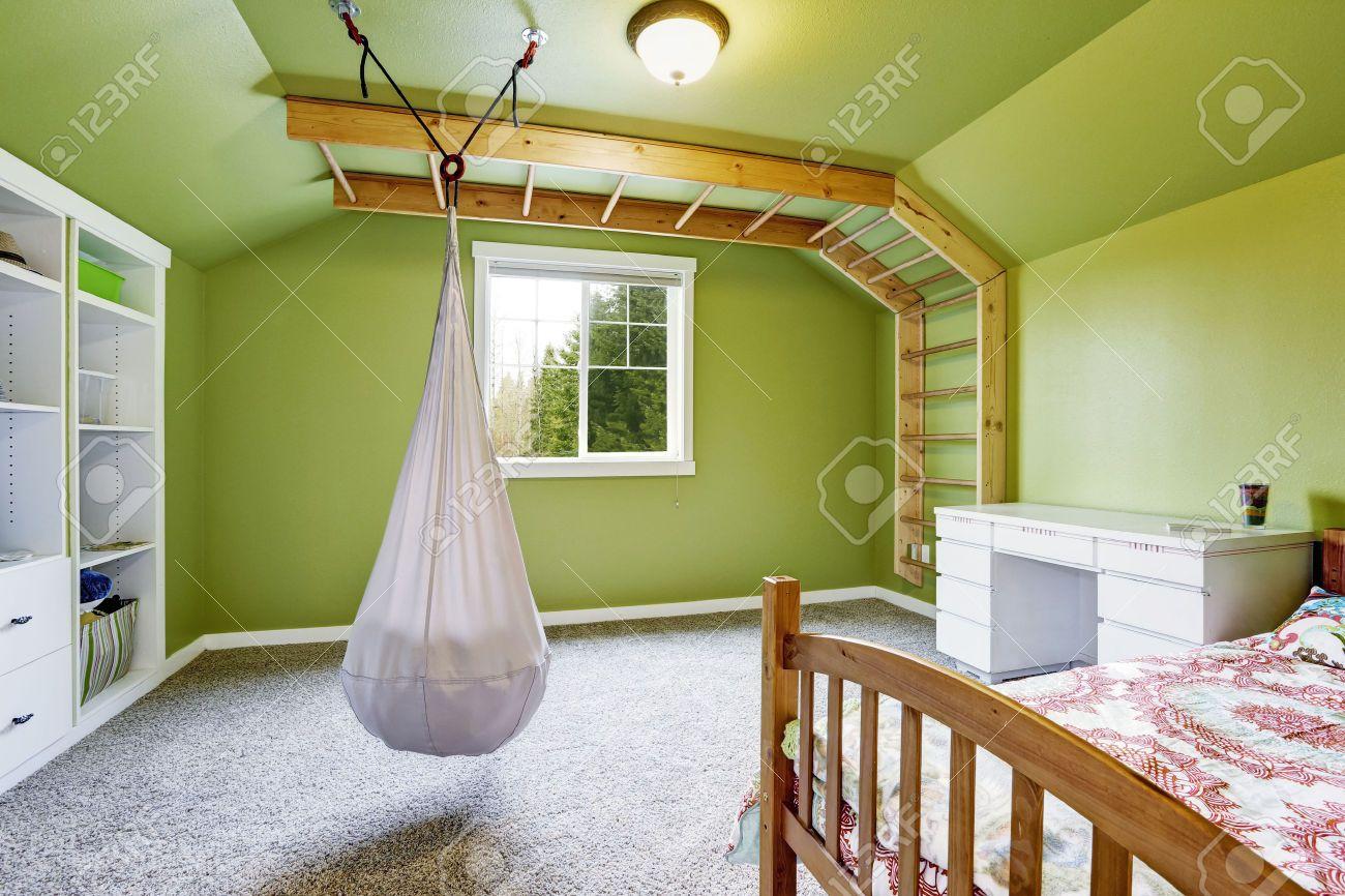 Kids kamer interieur in heldergroen met aangehechte ladder aan de ...