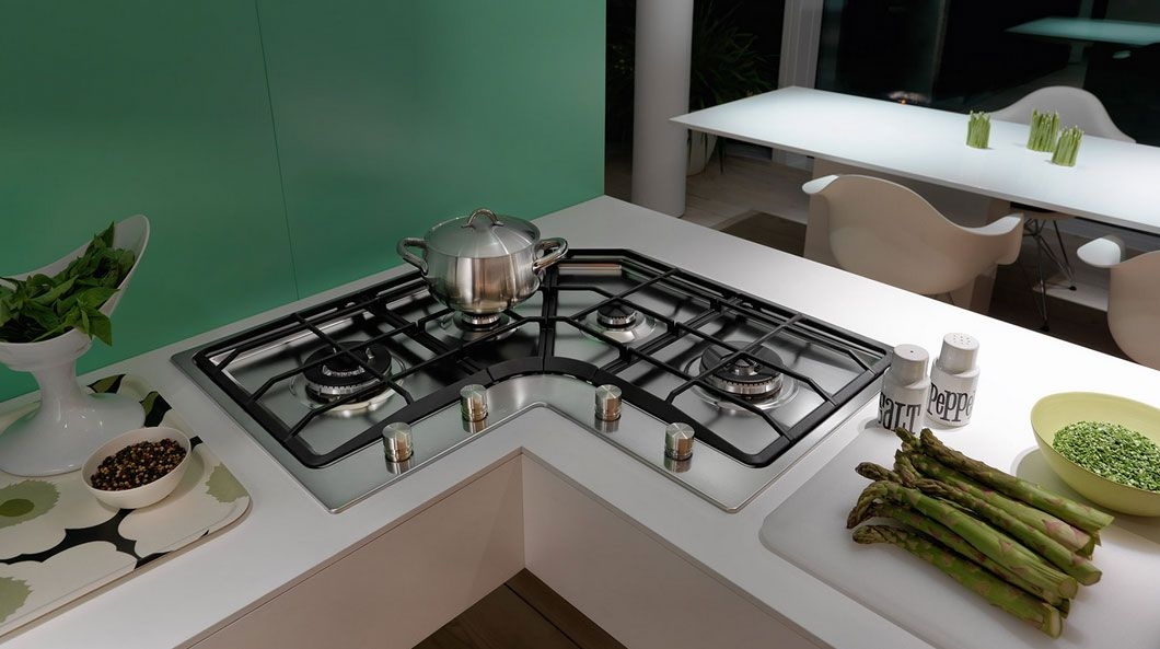 piano cottura angolo con design cucina bianca. Ci sono ...
