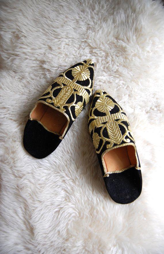 199cd18de421 Turkish Slippers  Middle Eastern Shoes  Black Velvet Gold Pointed ...