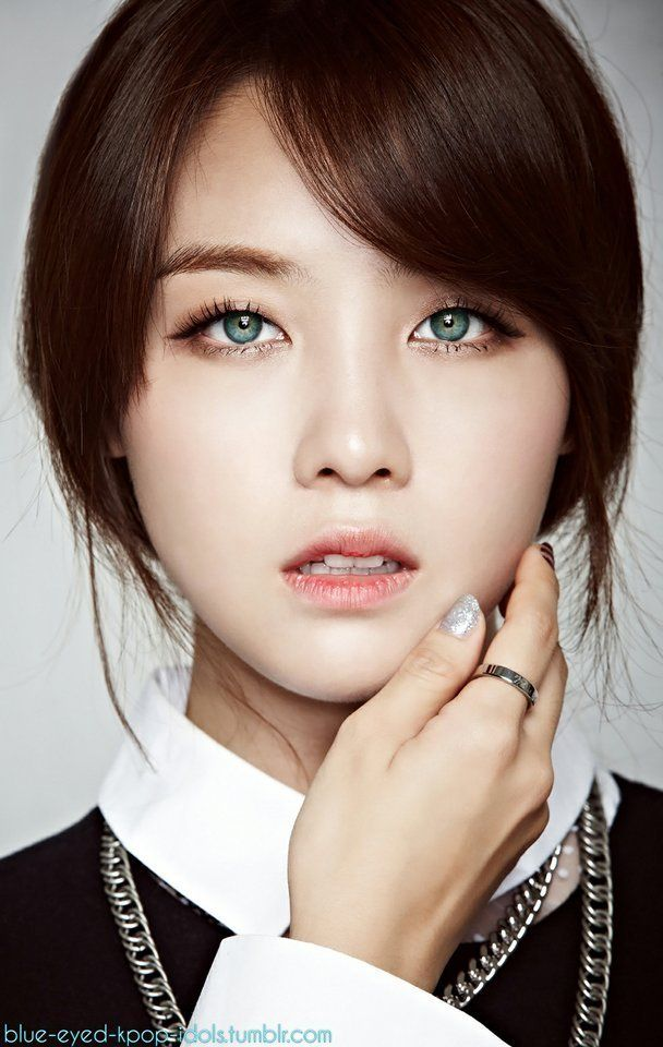 Contact Lenses In K Pop Are Very Common But It S Not Often You Can See How Your Idol Would Look Like If They Had Na Bright Blue Eyes Blue Eyes Girls Day