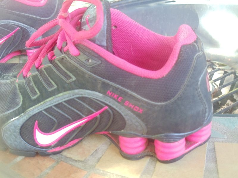 NIKE LADIES SHOX SNEAKERS SIZE SIX