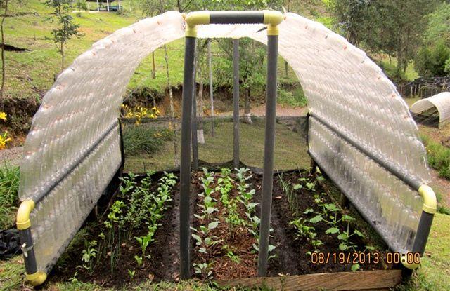 et si vous construisiez un abri de jardin avec des bouteilles en plastique permaculture and. Black Bedroom Furniture Sets. Home Design Ideas