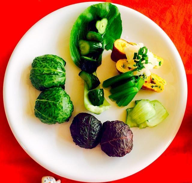 ワンプレートの朝ご飯^_^野畑の野菜達^_^💓一口おにぎり、青梗菜の葉と赤紫蘇の漬け物を包みました。塩分3%^_^💓✌️