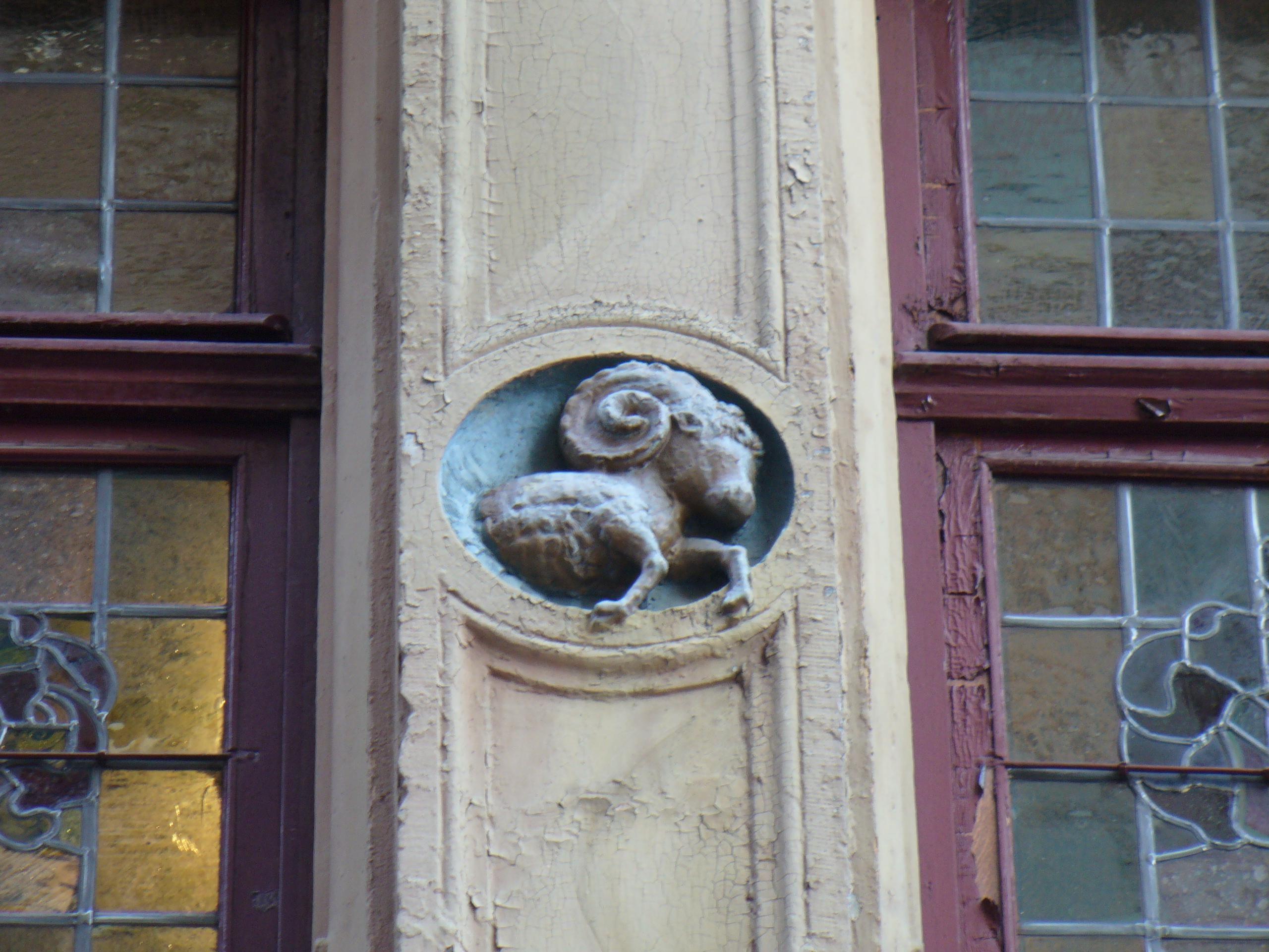 La Winstub «Strissel», située 5 place de la Grande Boucherie, s'appelait au Moyen Âge «Au bélier» (zum Widderer). On retrouve un petit bélier sortant d'un médaillon, au premier étage, au niveau des fenêtres…