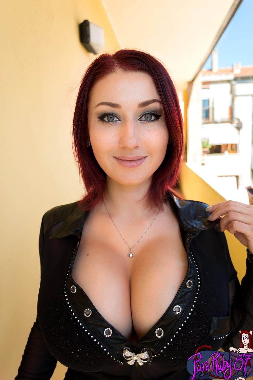 Big boob brunette hand job