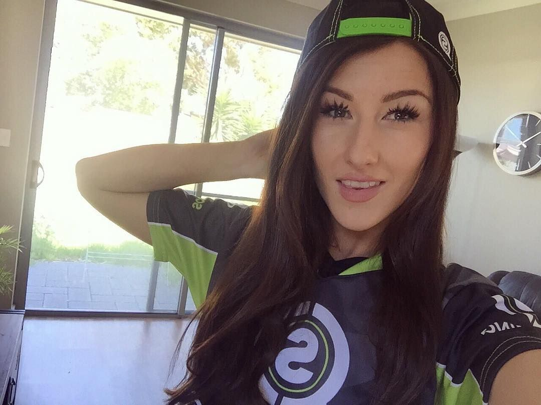 Big shoutout to @xminks for rocking @scufgaming gear! Especially the #SnapBack we produced for them. Looking great #bonafide #livebnfd #clothing #xminks #scuf #scufgaming #hat #gaming #model #instalike #gamergirl