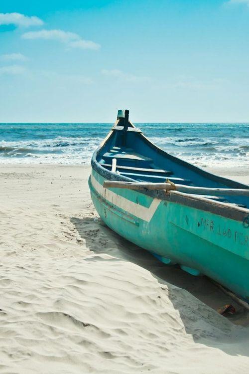 La barca en la playa donde caliente el sol.