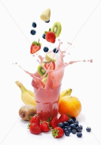 Smoothie-Splash aus Bananen, Erdbeeren, Heidelbeeren, Kiwis und Grapefruits