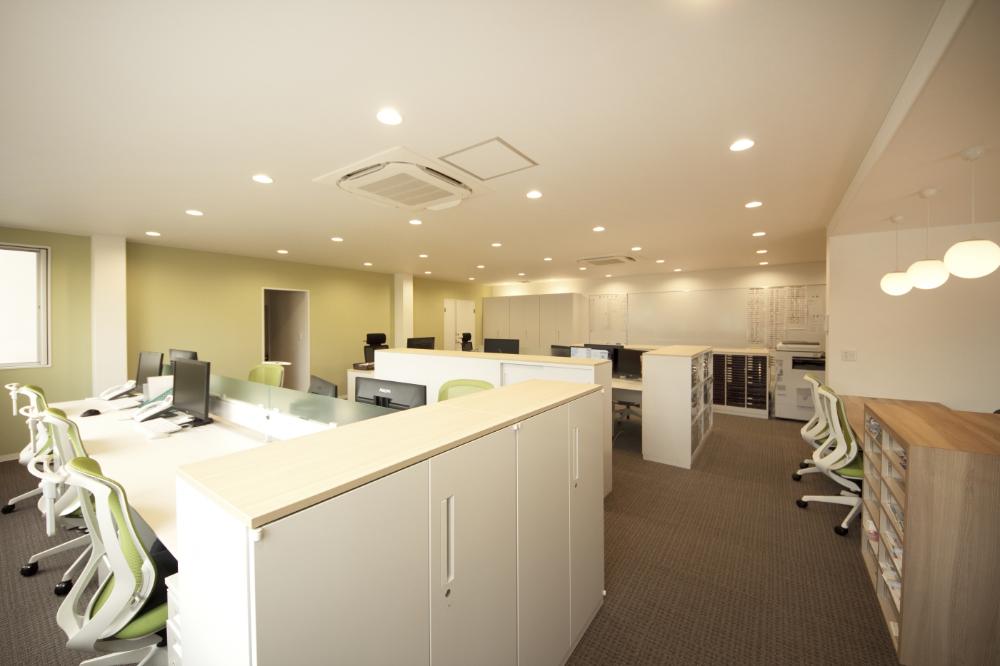 オフィスデザイン実績 白と木目を基調とした温かく過ごしやすい空間