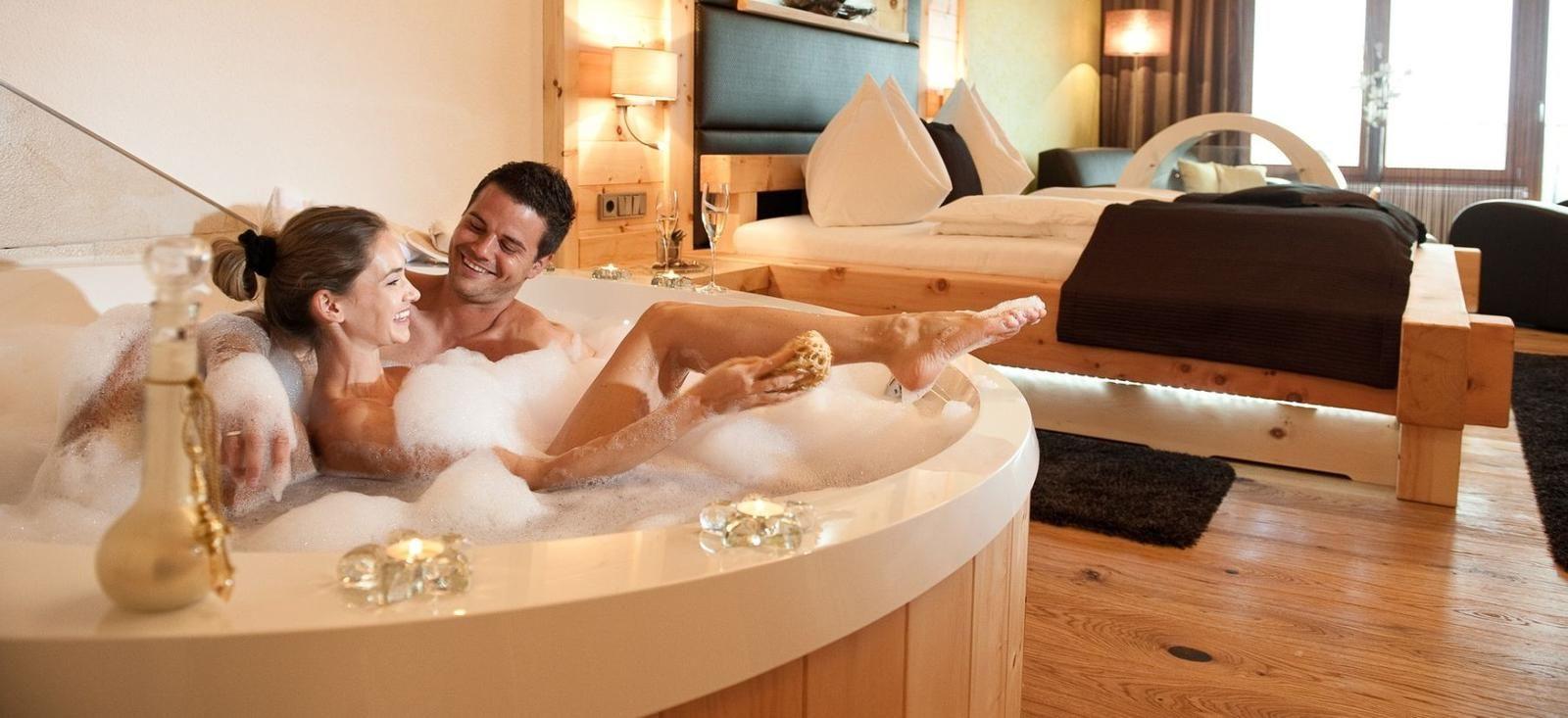 In Diesen Hotels Wird Euer Zimmer Zum Wellnesstempel Bucht Ein Zimmer Mit Whirlpool In Bayern Osterreic Hotel Mit Whirlpool Whirlpool Romantische Hotelzimmer