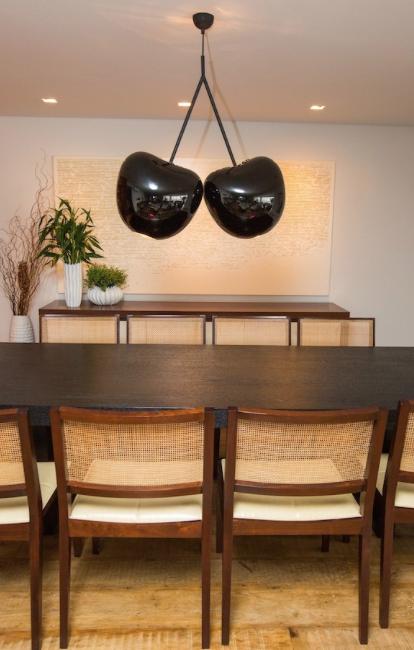 """Sala de jantar com luminária Cherry by Espaço Retoc  Luminária Cherry é uma criação da designer eslovena Nika Zupanc, a luminária Cherry reproduz um cacho de cereja em seu estilo """"punk elegante"""". O pendente é fabricado em vidro colorido, tem capacidade para duas lâmpadas soft de 60W e sua estrutura é feita em aço com pintura preta.  Passa lá no site para ver o projeto completo: http://www.espacoretoc.com.br/portfolio-item/apartamento-panamby/"""
