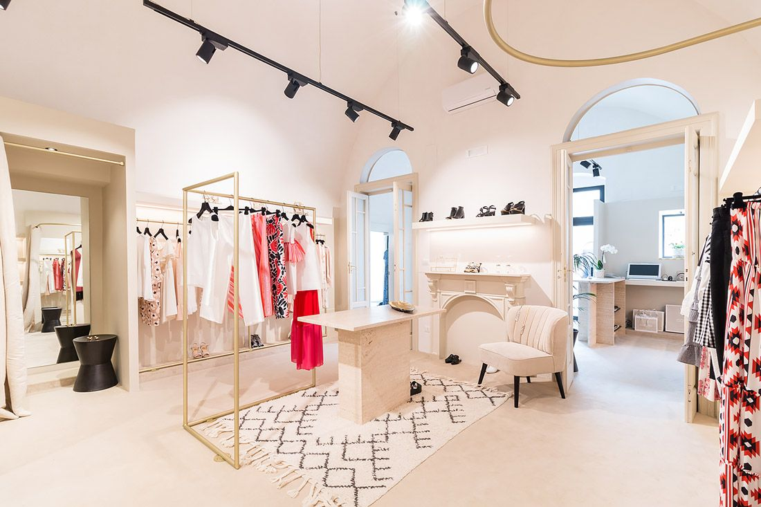 This Italian Fashion Boutique Has A Contemporary Art Gallery Vibe Interior Design Colleges Showroom Design Boutique Interior