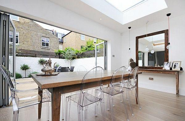 chaises transparentes table en bois salle  plan ouvert