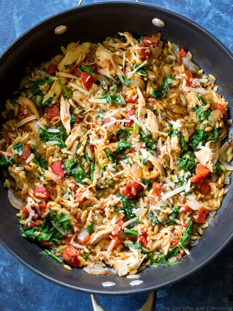 One Pan Chicken and Spinach Orzo - The Girl Who Ate Everything #onepanchicken