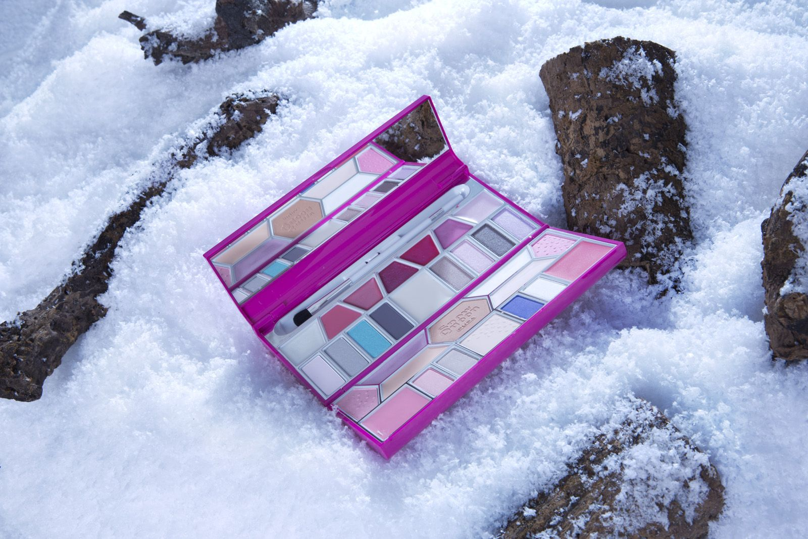 CRYSTAL PALETTE SMALL Pure and immense icebergs that stretch out in the ocean. The charm of far away and immaculate places, to just close your eyes and start dreaming. #SNOWQUEEN #CHRISTMASGIFT #PUPA