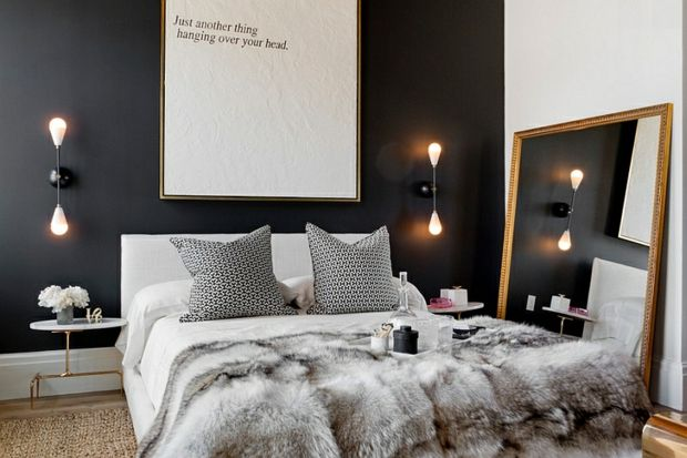 Chambre A L Ambiance Apaisante Avec Un Mur Noir Opaque Deco Chambre Noire Idee Deco Chambre Idee Chambre