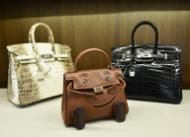 Tres bolsos Hermès para la venta en una subasta en Nueva York, el 7 de abril de 2014 (AFP/Archivos | Stan Honda)