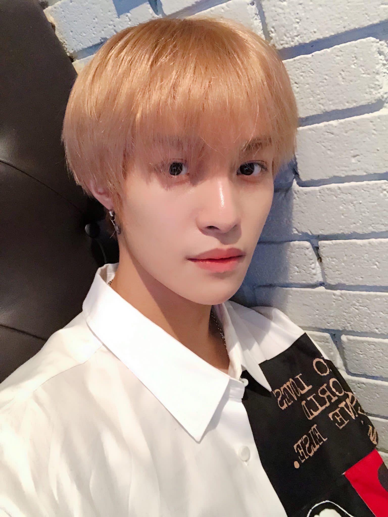 Nct Wayv Wayvcpop Weishenv Yangyang Liuyangyang Ryuyangyang Selfie Selca Blonde Whiteshirt 2019 Nct Gambar Entertainment