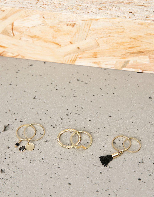 Conjunto 6 anéis finos pompom e pedra preta. Descubra esta e muitas outras roupas na Bershka com novos artigos cada semana