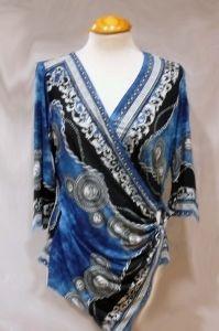 Camiseta estampada hermès en azules , cruzada delantera y sujeta con broche. Manga larga. Punto de seda.