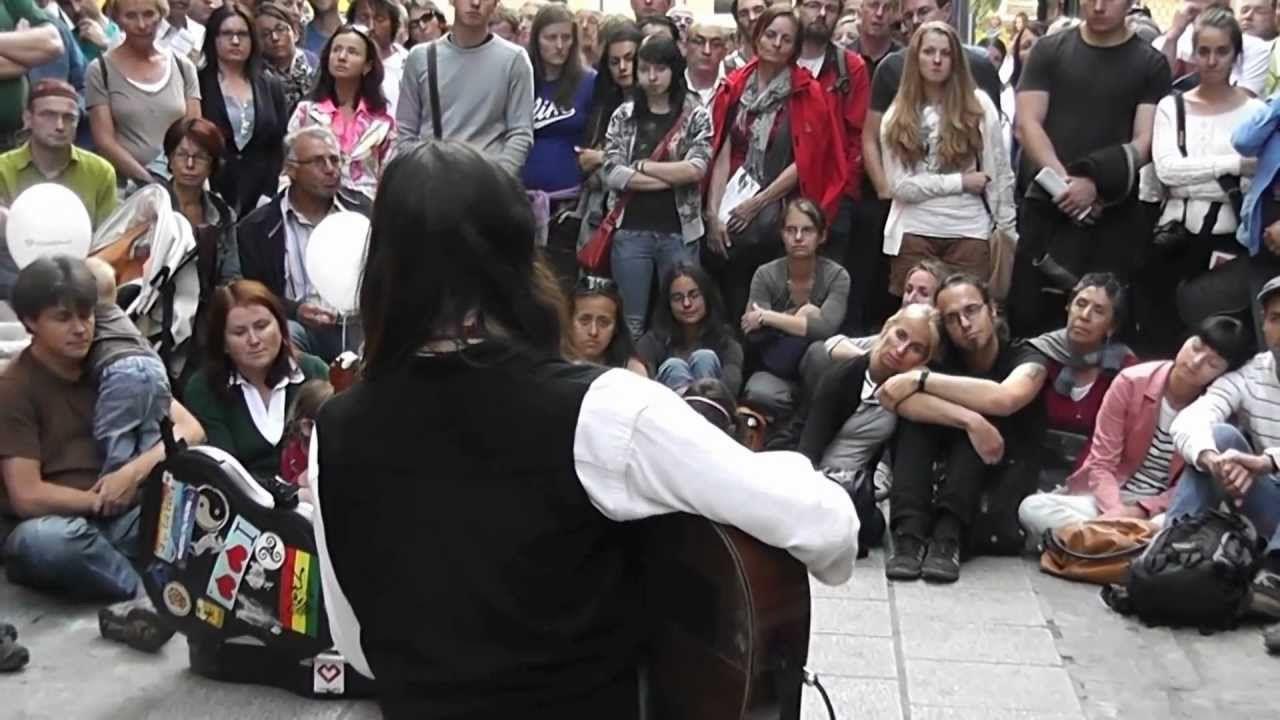 Estas Tonne performing at the Pflasterspektakel in Linz