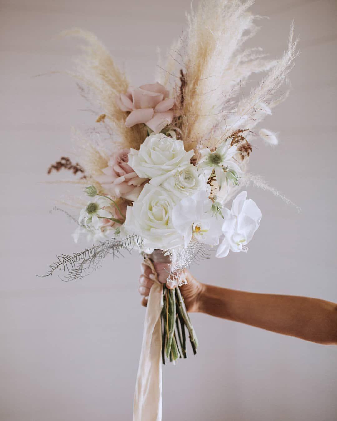 """Styling & Furniture Hire sur Instagram: """"T H I S bouquet de mariée 💫 Superbe palette de couleurs douces et ces textures sont la perfection pure créée par les maîtres au travail …"""""""