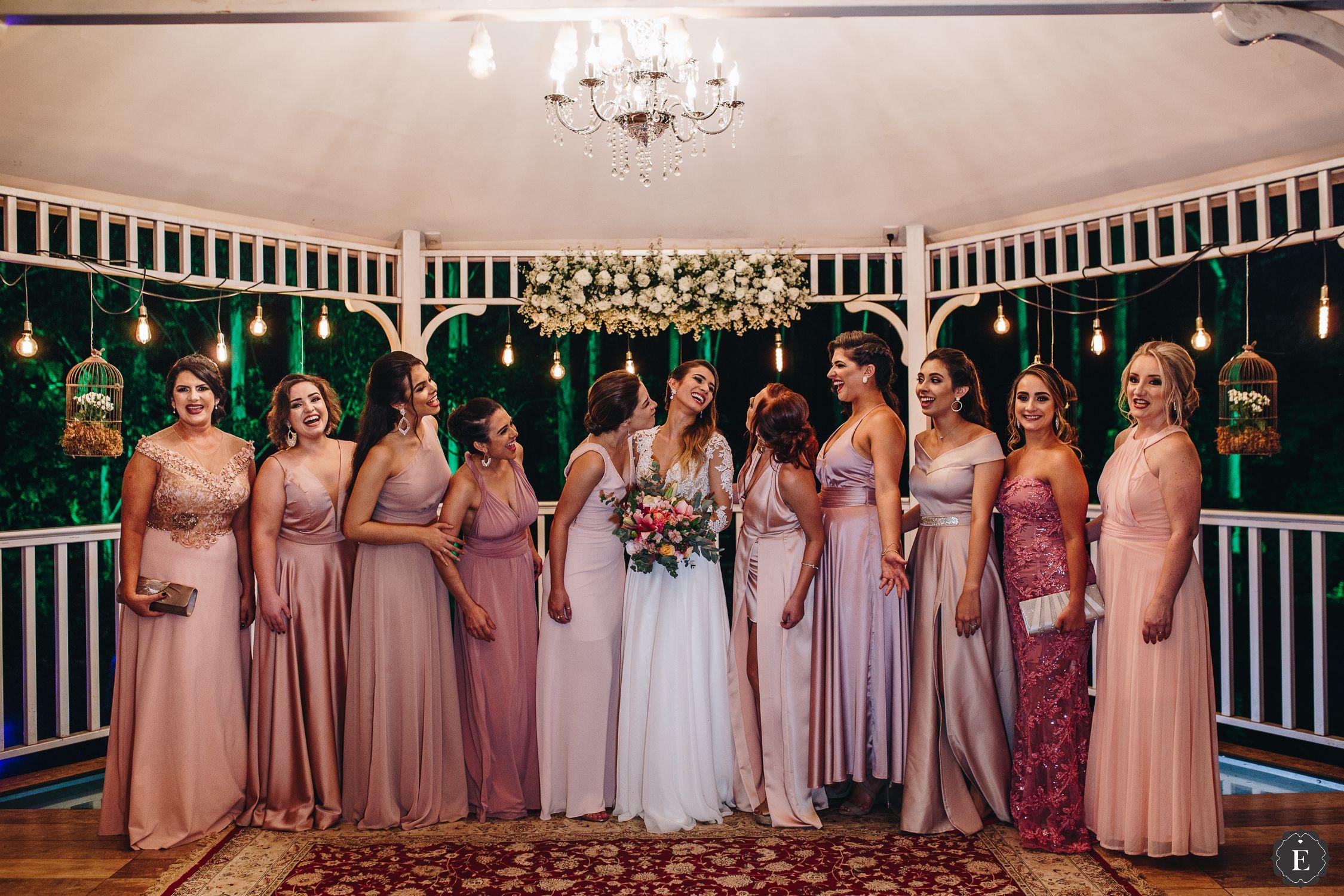 d74ac8c164 Madrinhas com vestidos em tons de rosa