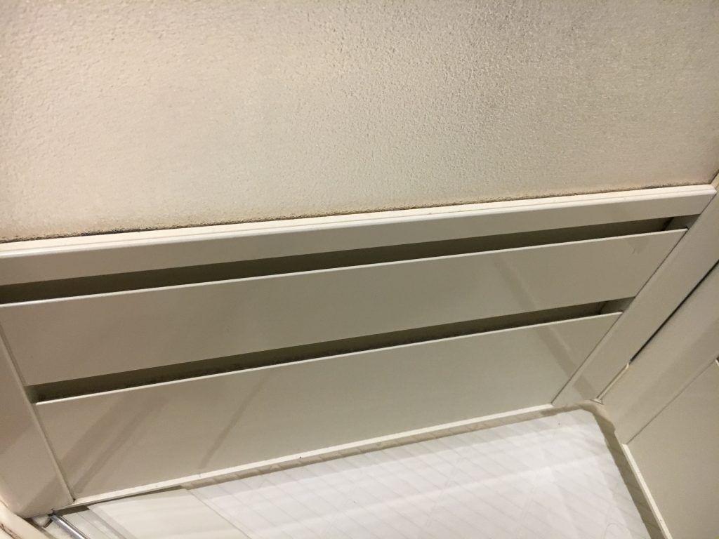 浴室ドアの換気口を掃除 カビは 液湿布でスッキリ 浴室ドア