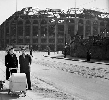 Berlin 1950 Der Moritzplatz Mit Der Ruine Des Ehemals Prachtvollen Warenhaus Wertheim Im Hintergrund Berlin Berlin Geschichte Ruinen