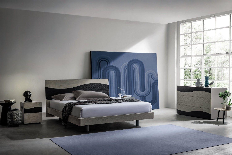 E\' una camera da letto moderna grigia, proposta in legno di ...