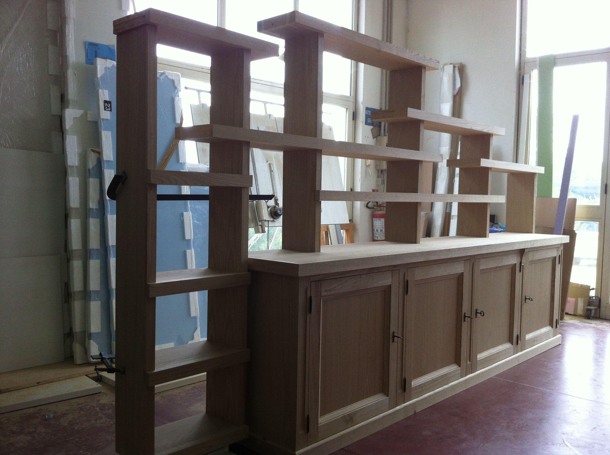 Mobile soggiorno in legno massello di castagno realizzato for Arredi e mobili