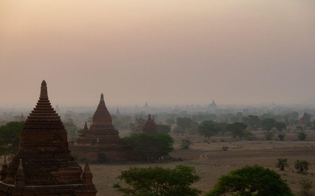 Fim de tarde vendo os templos em Bagan. http://www.topensandoemviajar.com/