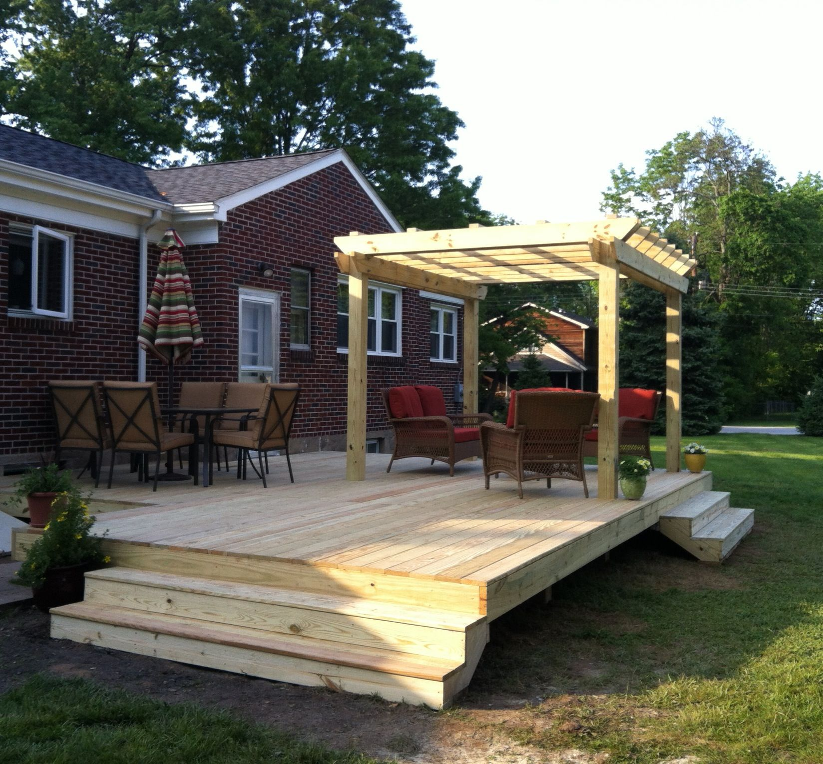 Deck with pergola and no railings dining conversation