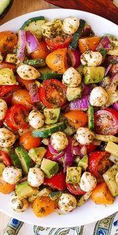 Avocadosalat mit Tomaten Mozzarella Gurken roten Zwiebeln und BasilikumPesto   REAL FOODPALEOPRIMAL ONE DISH MEALS