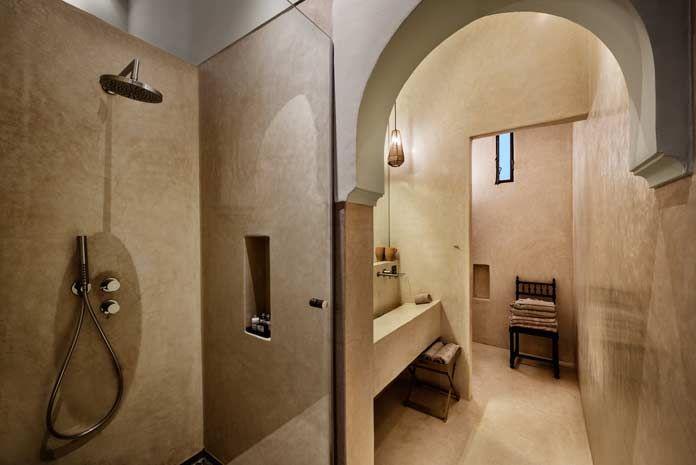 Salle de bains de style marocain, baignoire maçonnée revêtue de ...