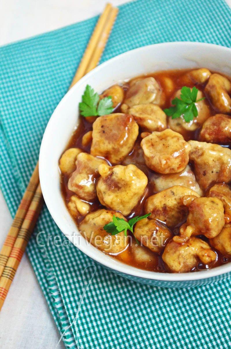 Veganiza un clásico de los restaurantes chinos con esta receta. Con soja texturizada, especias, un rebozado muy sencillo y la receta completa para hacer la salsa agridulce.