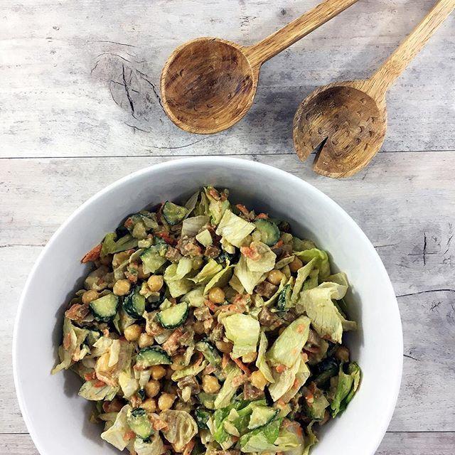 Dinner • Großer Salat mit Kichererbsen, Tofu, Avocado und was sonst an Gemüse so da war! 🌿🍃