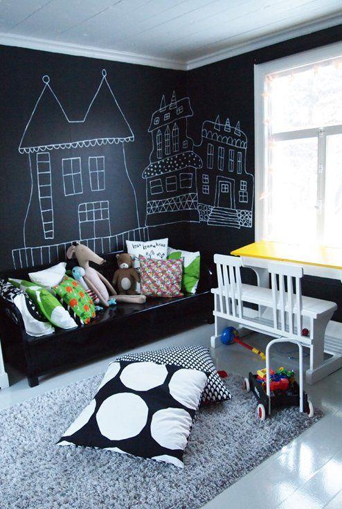 Schon Wandgestaltung Mit Tafelfarbe: Eine Schwarzes Bett Vor Einer Schwarzen  Wand. Die Decke, Der Fußboden Und Die Möbel Sind Weiß Gehalten.