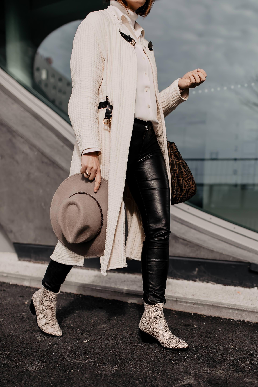 Outfit mit schwarzer Lederhose, Snake Print Boots und Logo-Bag #snakeprintbootsoutfit