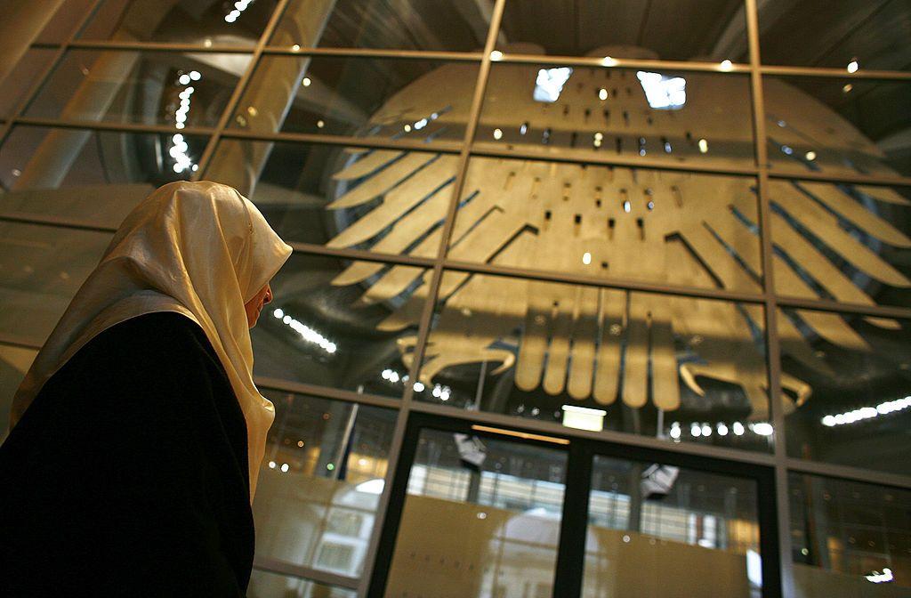 Mal ist es das Kopftuch, mal das Schweinefleisch in der Kantine oder Gebetszeiten in der Arbeit und in der Universität: Privilegien für Muslime.