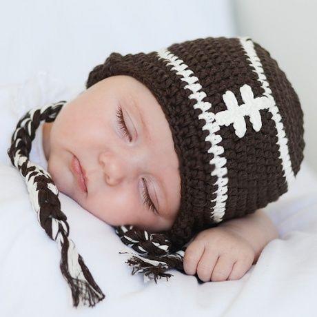 Gorrito de crochet para bebé RUGBY Gorro de punto tejido a mano con forma  de balón 43d78ccccae
