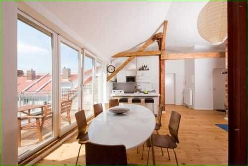 sonnendurchflutete Dachgeschoss Wohnung mit Holzbalken