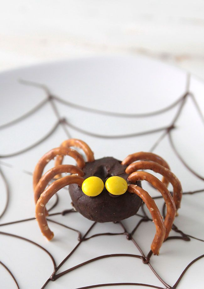 Easy Donut Spiders for Halloween!
