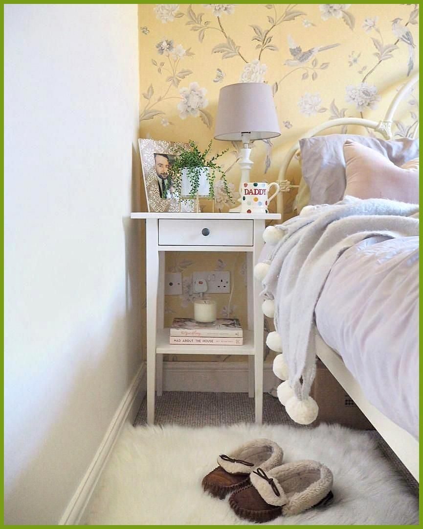 Country Cottage Style Bedroom With Floral Wallpaper And Ikea Hemnes Bedside Table Yellow Wallpaper And Grey Schlafzimmer Tapete Graues Schlafzimmer Tapete Gelb