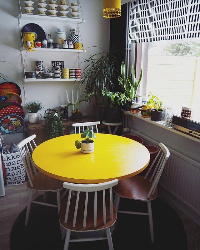 Joo, keltainen on mun lempiväri. 💛#uusipöytä #kirppislöytö #keltainen #yellow #triftstorefinds #retro #marimekko #arabia #finel