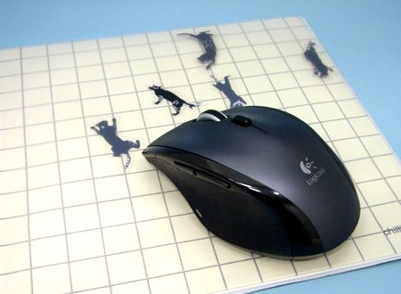 マウス(ネズミ)を動かすと、デザインされた猫が逃げまわります