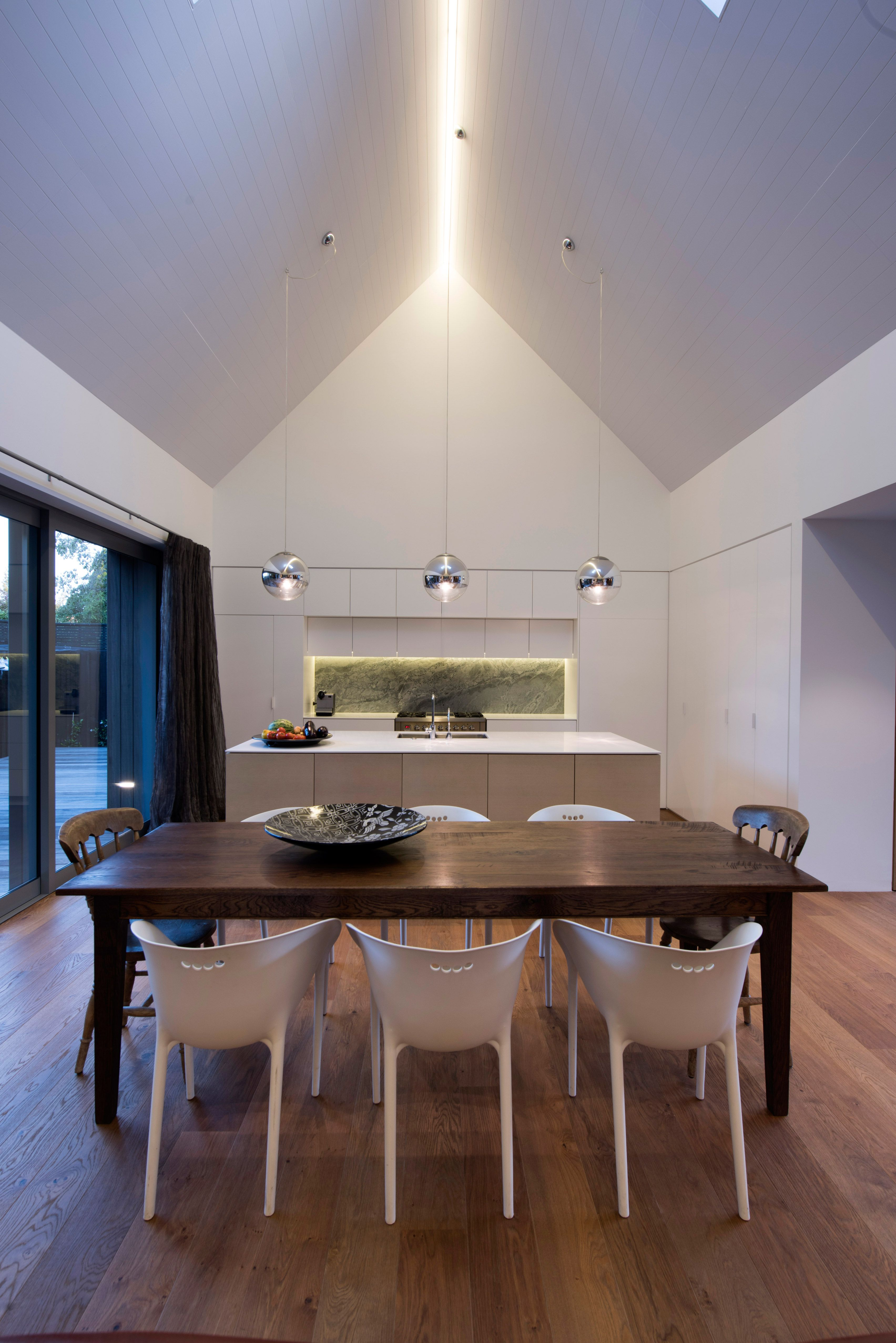Steep Pitched Roof In Dining Room And Kitchen In New Zealand Home Architecture House House Design House Interior