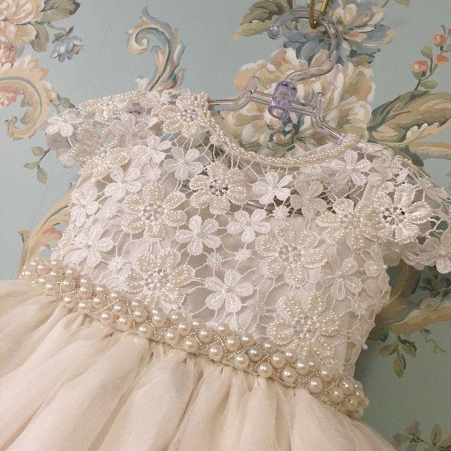 3479f0478 Vestido infantil com renda e cinto bordado com pérolas Via Flora for Girls  (Inspiração para top de crochê, com a saia em tecido. Uma faixa de pérolas,  ...
